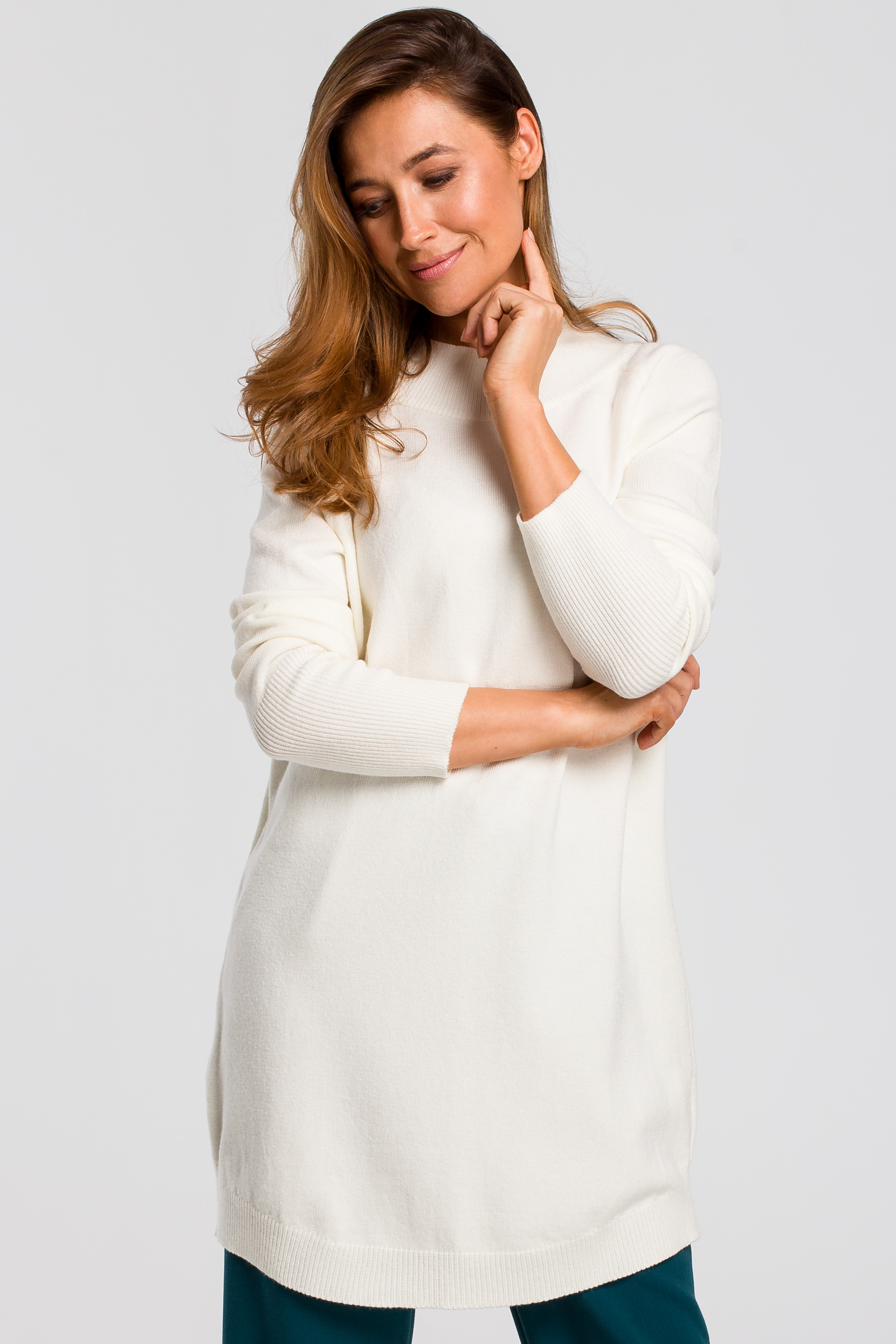 CM4646 Dłuższy sweter z prążkowanym półgolfem - ecru