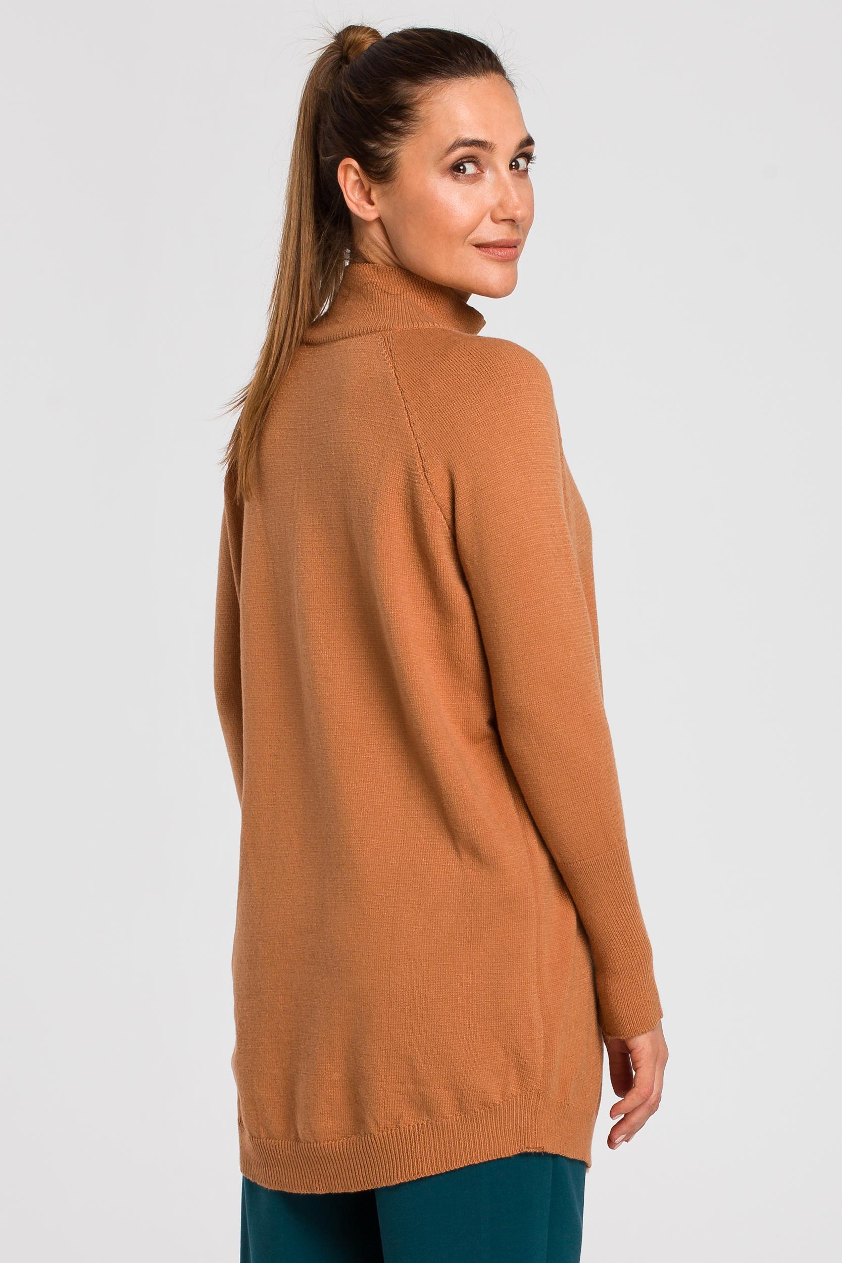 CM4646 Dłuższy sweter z prążkowanym półgolfem - kamelowy