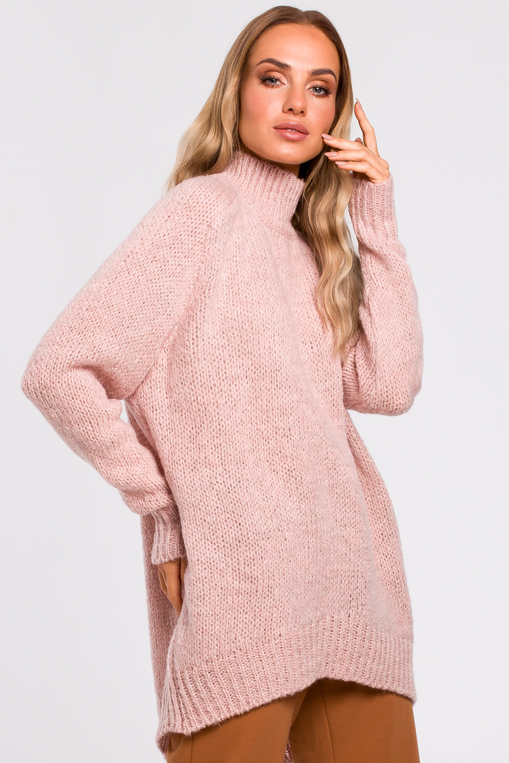 CM4786 Asymetryczny sweter z półgolfem - pudrowy