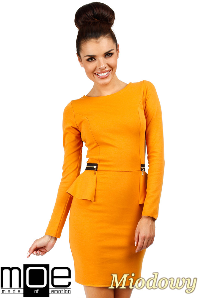 CM0330 Sukienka ołówkowa z baskinką i zameczkami - miodowa
