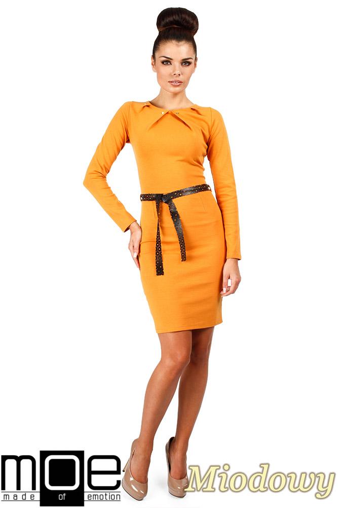 CM0333 Sukienka ołówkowa z ćwiekami - miodowa